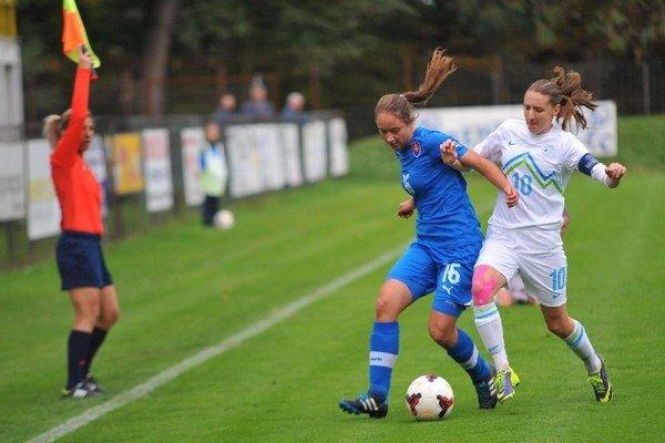 Pre Lenku Murínovú (v modrom drese) je česť reprezentovať.
