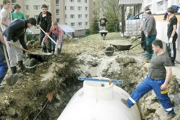 Vodu z nádrže na dažďovú vodu využívajú na polievanie záhrady.