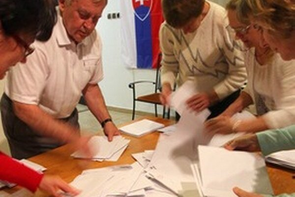 Komisie spočítavajú hlasy.