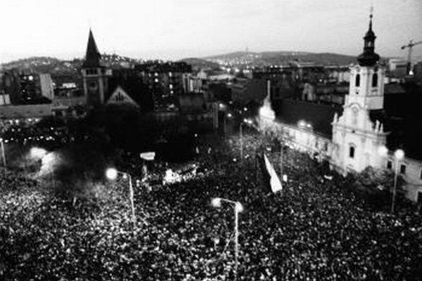Nielen plné námestia veľkomiest robili revolúciu. Veľa práce v Nežnej revolúcii odviedli aj ľudia v regiónoch.