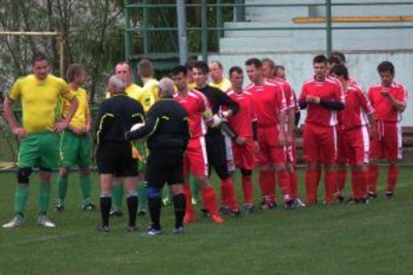 Fanúšikov futbalistov Oravskej Poruby (v žltom) ide z ich slabých výkonov poraziť.