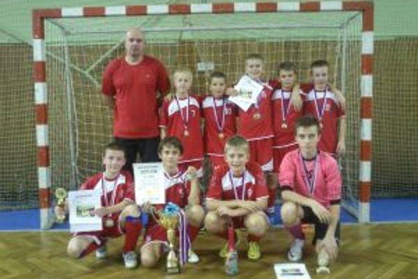 Víťazný tím FK Raven Pov. Bystrica.