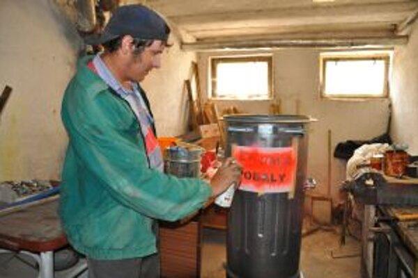 Príprava kontanejra na zber drobného kovového odpadu.