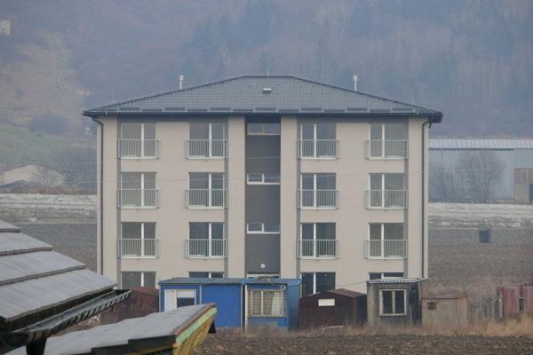 Jedna z dvoch nájomných bytoviek v Kriváni.
