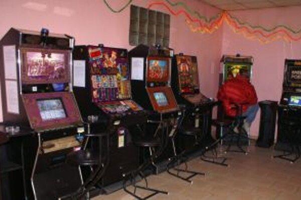 Generálna prokuratúra tvrdí, že samosprávy nemajú právo obmedzovať prevádzkovateľov hracích automatov.