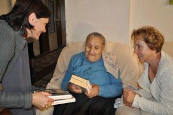 Starostka (vpravo) s knihovníčkou priniesli babke Gornálovej nové knihy.