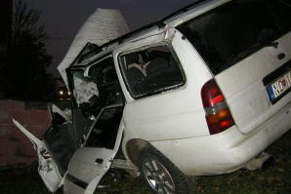 Vo vraku auta zomrel 19-ročný vodič.