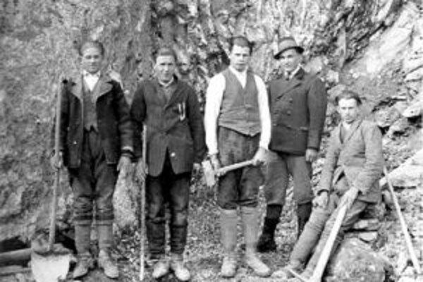 Kameňolom v Racibori. Foto z roku 1929. Zľava Ján Kulina, Štefan Kulina, pracovník komposesorátu, Štefan Ďaďo a Ján Ďaďo.