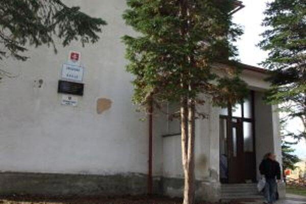 V starej budove bola prvá murovaná škola v dedine.