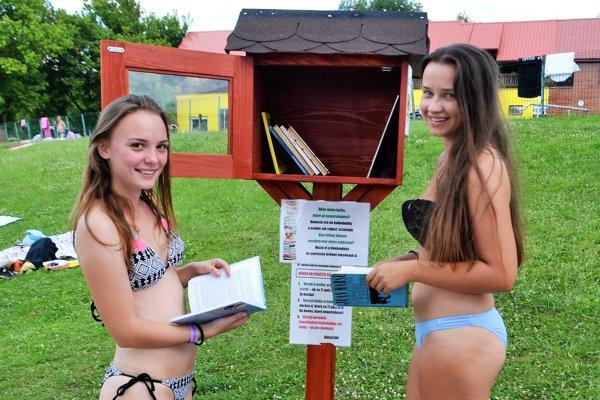 Sáre zPodkriváňa (vľavo) aRimavskosoboťanke Kike sa nápad sminiatúrnou verejnou knižnicou na kúpalisku páči.