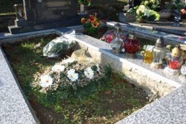 Elena Floreková je už z nekvalitnej práce na hrobe svojich rodičov zúfalá.
