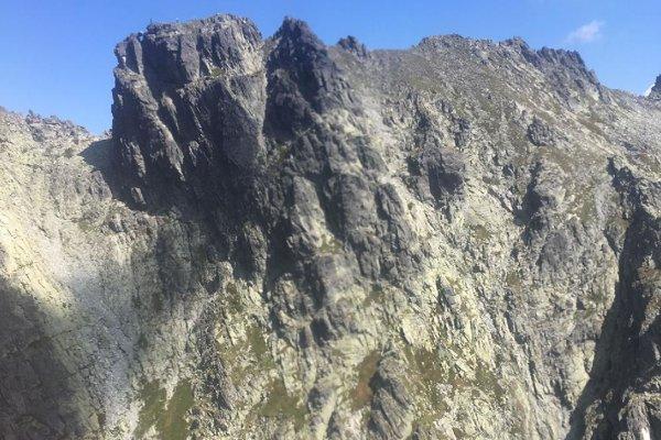 Turista padal z hrebeňa vedúceho na Hincovu vežu.