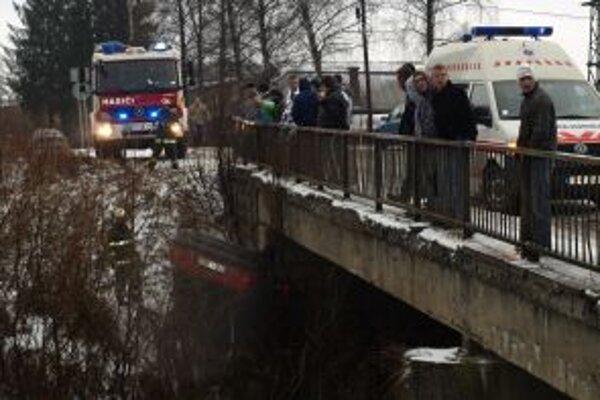 Auto vytiahli z vody hasiči.
