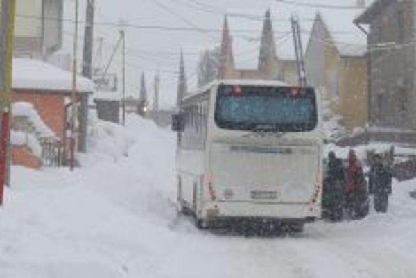 Autobusár sa snažil vyjsť s vozidlom strmým kopcom, no nepodarilo sa mu to.