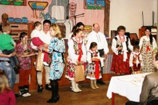 Prvá skončila rodina Šprláková zo Suchej Hory (v strede), druhí boli Paľovci z Vitanovej (vľavo) a tretie miesto si vyslúžila rodina Kubíková zo Zábiedova.