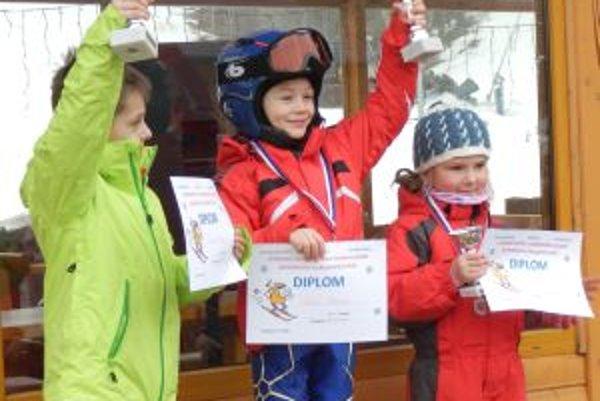 Detičky mali radosť z trofeje.
