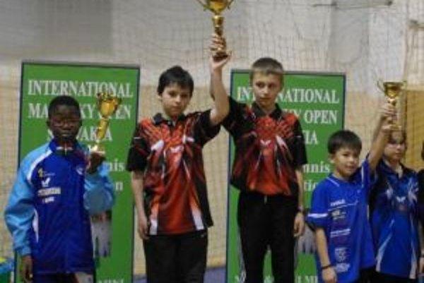 Dalibor Diko (tretí zľava) získal trofej v súťaži družstiev.