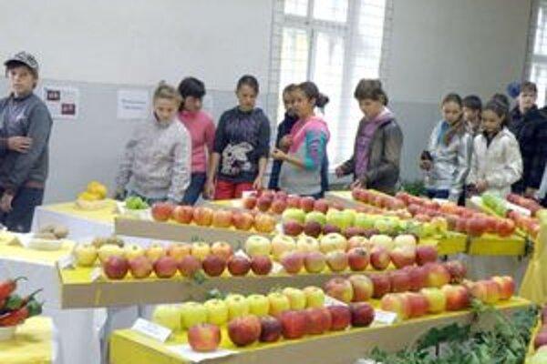 Jabĺká priam lákali k ochutnaniu.