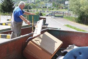 Na zberných dvoroch i zberných miestach sú aj kontajnery na veľkoobjemový odpad.