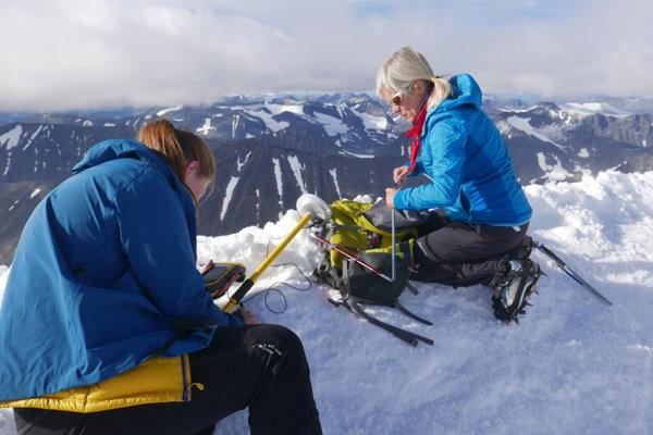 Gunhild Ninis Rosqvistová pri meraní výšky južného vrcholu hory Kebnekaise.