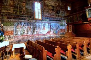Interiér dreveného rímskokatolíckeho kostolíka vobci Hervartov zapísaného vUNESCO.