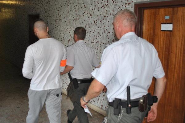 Vladimíra odvádzajú späť do väzby.