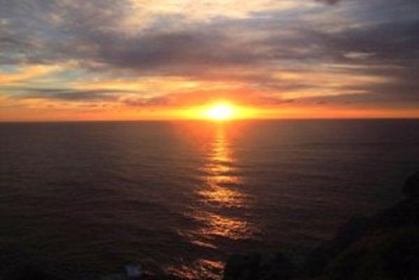Západ slnka. Prekrásne divadlo tohto sveta.