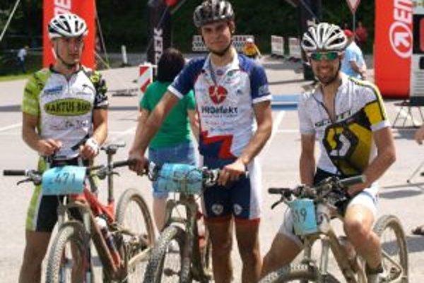 Medailisti na strednej trati zľava Ján Gallik, Tomáš Višňovský a Peter Jež.
