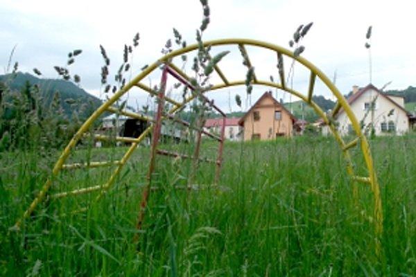 Preliezačky v tráve.