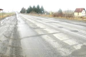 Hoci cestári urobili lokálne opravy najhorších úsekov, cesta potrebuje kompletne opraviť.