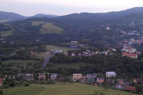 Pohľad na štadión v B. Štiavnici z Kavlvárie, kde bude klub hrávať niekoľko zápasov.