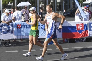 Slovenský chodec Dušan Majdán (vpravo) počas pretekov.