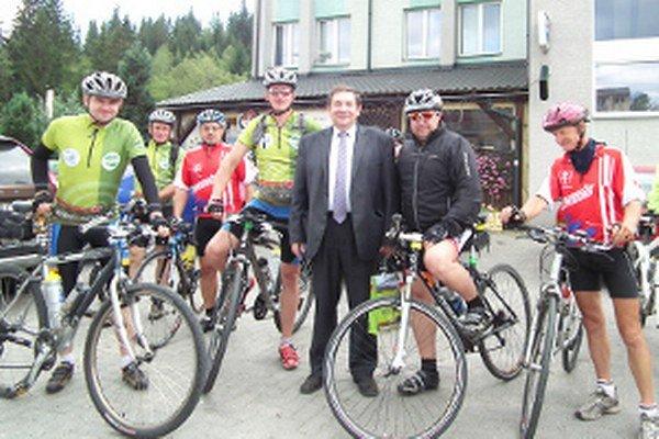 V rámci zastávky v Novoti sa cyklisti stretli so starostom Františkom Poletom.
