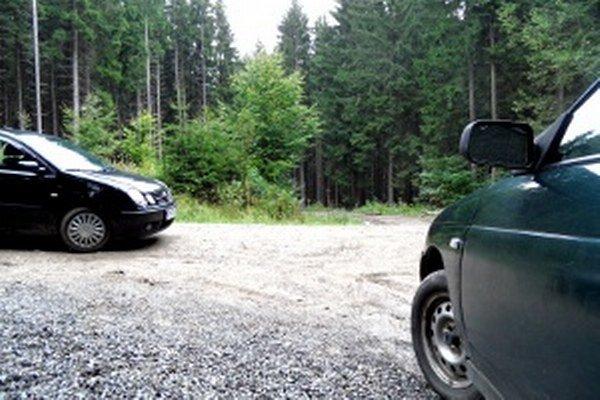 Lesnými cestami denne prejdú desiatky áut.