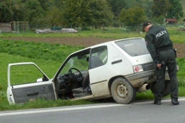 Auto ostalo v priekope. Vodič a spolujazdec pred políciou ušli.