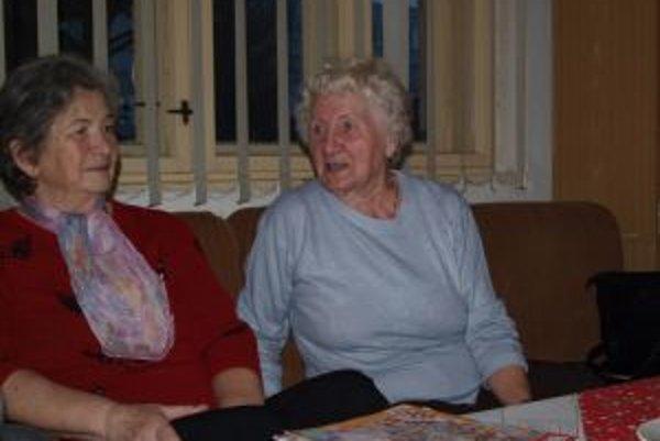 Anastázia Janeková (vpravo) sa na Vianoce teší. Žije iba s kocúrom, keď príde rodina, ožije celý dom.