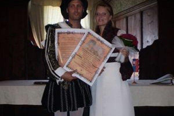 Na hrade uzavreli tento rok manželstvo Taliani, Američania, Česi a Slováci zo všetkých kútov krajiny. Oravčanov je medzi záujemcami o sobáš na hrade vždy menej.