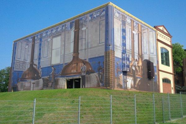 Budova historického pivovaru Tyskie s plátnom, kde sú jeho ikonické varne.