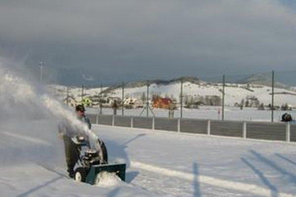 Snežnú frézu Veličňania kúpili z peňazí, ktoré ušetrili na zimnej údržbe.