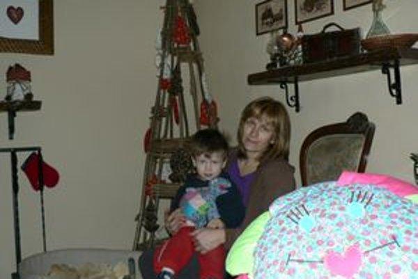 Z tvorivej práce svojich rodičov má radosť aj malý Bruno. Mama mu hračky šije, otec vyrezáva.