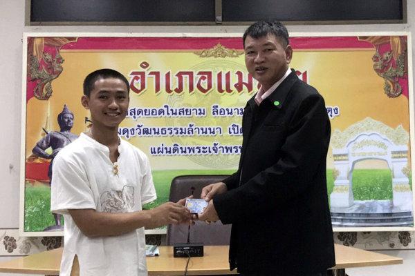 rom mladým futbalistom a ich trénerovi, ktorých začiatkom júla zachránili zo zatopenej jaskyne na severe Thajska, udelili v stredu thajské občianstvo.