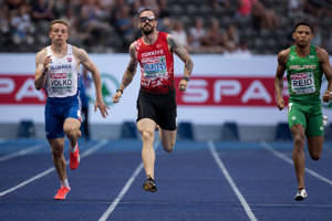 Ján Volko (vľavo) v semifinálovom behu na 200 metrov. Uprostred Turek Ramil Gulijev, vpravo Ír Leon Reid.