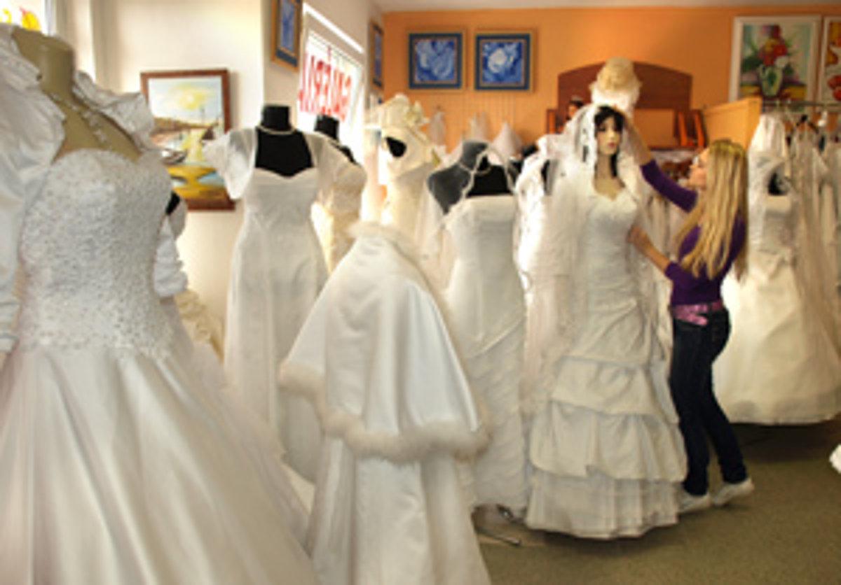 4b2a7b948d3d Nevesty majú často problém vybrať si z množstva nádherných svadobných šiat.  Preto strávia v svadobke