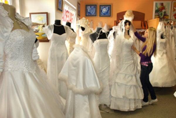 Nevesty majú často problém vybrať si z množstva nádherných svadobných šiat. Preto strávia v svadobke niekedy aj dve hodiny.