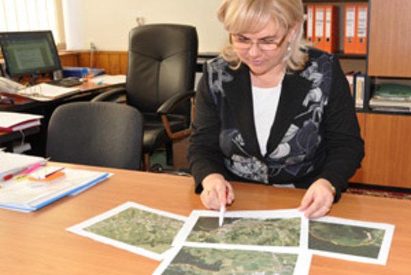 Viera Mazúrová nad štúdiou opravy cesty Oravská Lesná - Zákamenné.