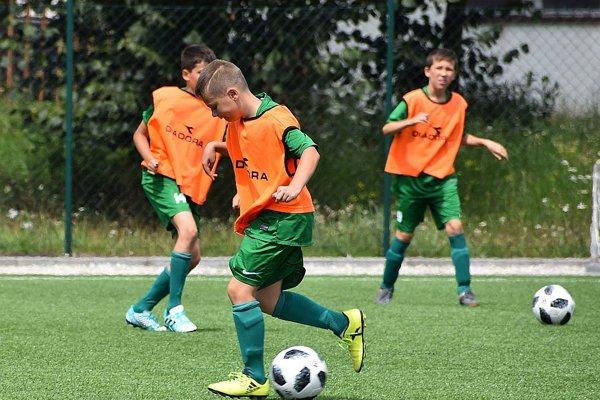 Nové lopty, ktoré získalo MŠK vďaka príspevku z participatívneho rozpočtu kraja si mohli mladí futbalisti už vyskúšať.