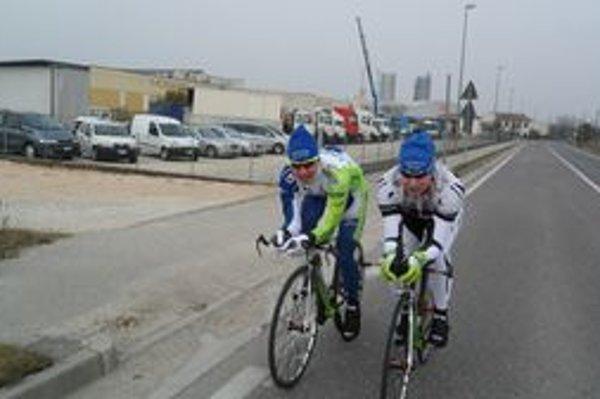 Peter Sagan (vľavo) spoločne s Michalom Škvarkom na talianskych cestách.