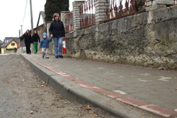 Ľudia si na nový chodník smerom ku kostolu zvykli.