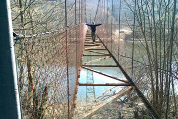 Chatárom možno nezostane iné, ako prechádzať aj cez rozobratý most.