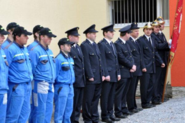 Slávnostný nástup. V Zuberci pôsobí viac ako 50 dobrovoľných hasičov všetkých vekových kategórií.